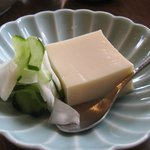地球屋 - 胡麻豆腐(添えられているのはカブとキュウリの浅漬け)