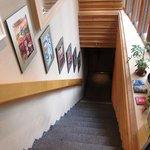 豚料理専門店 銀呈 - 階段を降りる