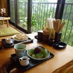 甘味処弁慶 - 窓側の席で吉野山の景色を眺めながら頂きました。