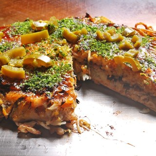 しっとり新鮮キャベツとピリリと辛いハラペーニョ…人気のお好み焼きで美味しい野菜をご堪能下さい。