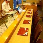 廣寿司 - 木のカウンターは料理を盛り上げます