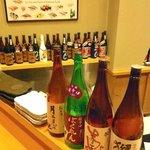廣寿司 - 選りすぐりの焼酎と日本酒が並びます