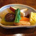 地球屋 - 有機野菜の炊き合せ。
