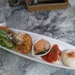 ベジカフェ - 50cmくらいあるお皿のワンプレートランチ
