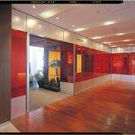 サンス・エ・サヴール - 赤い壁に囲まれたアーティスティックな雰囲気のエントランス。