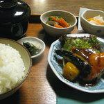 ごはん屋 - 日替わり定食900円 この日は「さごし」の和風チリソースです。