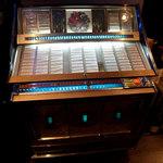 Jam's bar - 「45年もの」のジュークボックス。1曲100円で懐かしい音が。