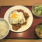 ヤンバル食堂 - 料理写真:豚の生姜焼き(550円) + 野菜サラダ(105円)
