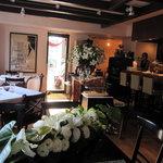ビストロ カフェ ア ターブル - 落ち着いた雰囲気の窓際の席
