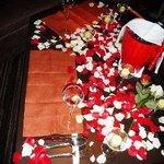 8697965 - この日はこちらで彼のバースディを祝いたいと言う若いお二人のために、お店側からのプレゼントとして個室を素敵にアレンジされていました。特別に見せていただきましたが、テーブルの上にはバラの花びらが・・・