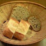 ブラッセリー・ヴァトゥ - 本日のランチ 1000円 のパン