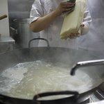 天外天刀削麺 - 素晴らしい手つき♪
