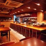肴蔵 - 1F テーブル・カウンター 時を遊ぶ大人達のくつろぎの場。それを時遊(自由)空間なんてコトバで表現したような場所です。オープンキッチンならではのライブ感をお楽しみ下さい。
