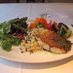 ビストロ カフェ ア ターブル - ヘルシーな魚とサラダの盛り合わせ!