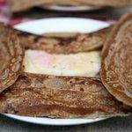 カフェ・ドゥ・リエーヴル うさぎ館 - 生ハム・卵・チーズのガレット