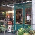 グロヴナーカフェ - お店の前です。