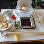 8806775 - 2011 前菜は魚介の盛り合わせ。新鮮ですね