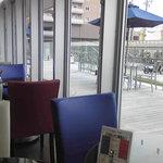 タイガーカフェ岡崎 - 店内からテラス席を望む