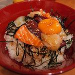 ぼちぼち - 日替わり「海鮮ゆっけ丼」 \500 海鮮の内容が、マグロ、ホタテ、サーモン、イカの4種類