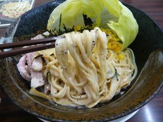 彩色ラーメンきんせい - サラダ風ピリ辛冷麺(麺持ち上げ)