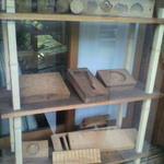 桔梗堂 - 和菓子で使われてた木型がディスプレイ♪