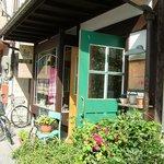 キャラメルパパ - お店の外観です。 店前は、緑が一杯ですよ。 信州の避暑地のcafeって感じがしますね。 ドアも、緑色をしています。