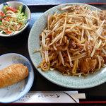 杉乃家 - なみえ焼そば、サラダ・いなり寿司付き
