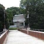 神奈川近代文学館 - 霧笛橋と文学館