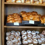 雑穀パンの店ひね - 壁にパンが並んでいます