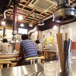 赤坂食肉センター - 食卓も壁もメタリックな銀色