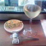 スタンディングワインバー アワ - 白ワイン+ゴーヤオムレツ