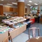 榮太楼 - この時(6月)は、まだショーケース等は使わず営業していました。