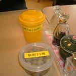 清水屋 - テーブルの上にはサービスの小梅と種入れが・・・・。