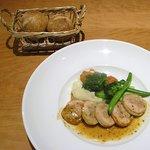 ベジラボ - メインの「「若鶏のギャランティーヌ」とお代わり無料のパン2個