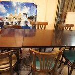 チョップスティックス - 店内はカウンター席が数席と、テーブルが4~5つくらいです。
