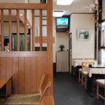 萌家 - カウンター席とテーブル席と座敷