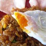 マレーシア ボレ - 半熟の目玉焼きがナシゴレンに合う