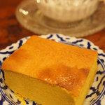 バンタイ - タイ風カステラ。芋とバナナを混ぜて練ってあるような食感と味です。
