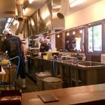 岩本屋 - オープンキッチン・・・観劇のようですが(笑)
