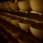 和座ダイニング 茶蔵 - 一階の壁一面に飾れた手作りの器