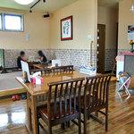 スープカレーゆうじ - テーブル席 & 小上がりの座卓席