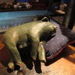 黒猫夜 - カウンターで寝てる豚