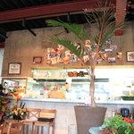 キンカオコン - キッチンは店内を見渡せる中央の1段高いところにあります。