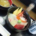 八王子総合卸売センター 市場寿司 たか - お味噌汁とあったかいお茶も