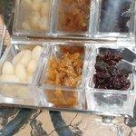 シーサイドカザン - 薬味は3種類、ラッキョウ・福神漬け・干しブドウ