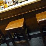 三四郎 - 味のあるカウンターの椅子