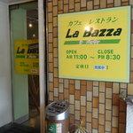 9437208 - 店内は禁煙のため、こちらで吸えます。