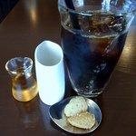 自家焙煎珈琲 みなと珈房 - アイスコーヒー400円です。 お菓子付きでした。