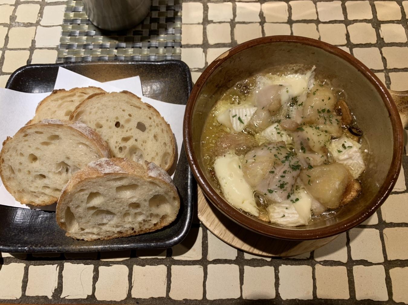 鶏とカマンベールチーズのアヒージョ(バケット付き)
