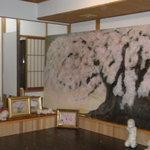 福来鳥 - 創始者の絵画作品や店長のお人形作品が並ぶ店内